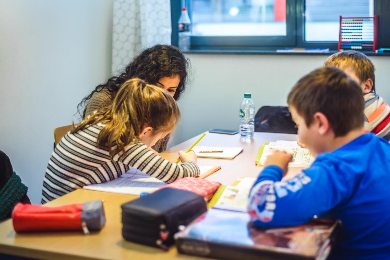 Ein Schüler löst Matheaufgaben im Nachhilfeunterricht