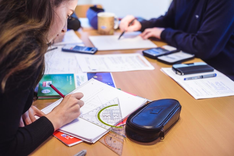 Ein Schüler löst Abituraufgaben im Nachhilfeunterricht